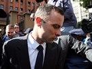 Oscar Pistorius odj�d� od soudu v Pretorii (8. dubna)