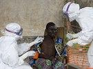 Pracovníci organizace Lékaři bez hranic ošetřují nemocného, u něhož testy...