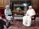 Britsk� kr�lovna Al�b�ta II. se sv�m man�elem princem Philipem pozvali pape�e...