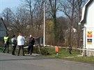 Policisté u přepadené pošty ve Velkých Kuněticích na Jesenicku. (4. dubna 2014)
