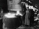 Lit� ingot� v ocel�rn� ve 20. letech minul�ho stolet�.