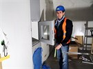 """Šéf stavby ukazuje dvířka speciální """"čističky"""", kterou budou všechny věci..."""