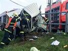 Hasiči se snaží vyprostit dvacetiletou řidičku ze zdemolované kabiny. (7. dubna...