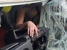 Řidička se z kabiny dodávky nemohla vyprostit sama. (7. dubna 2014)