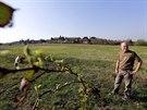 Místostarosta Černolic Pavel Schmidt (na snímku) ukazuje pozemky, kde chce...