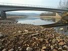 Odhalené původní koryto Vltavy na začátku jezera pod mostem v Nové Peci.