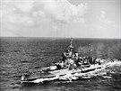 Největší loď bitvy, 197metrový britský těžký křižník HMS Warspite, unikl v Narviku torpédům z německých ponorek jen o pomyslný vlásek. Foto z roku 1942.