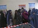Skupina Afghánek čeká ve frontě na příležitost podílet se na výběru nového