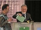 Zalmáj Rasúl, jeden z favoritů afghánských prezidentských voleb, odevzdává svůj