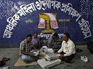 Volebn� komise p�ipravuje hlasovac� za��zen� pro indick� parlamentn� volby. (6.