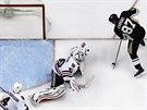 Sidney Crosby st��l� na branku Chicaga. Forvard Pittsburghu je v NHL op�t...