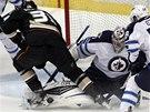 OŠEMETNÁ SITUACE. Brankář Winnipegu Ondřej Pavelec čelí šanci Anaheimu.
