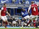 GÓLOVÁ STŘELA. Romelu Lukaku z Evertonu propálil obranu Arsenalu a mění skóre.