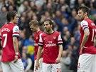 PROHRÁVÁME. Tomáš Rosický, Mathieu Flamini a Olivier Giroud polykají zklamání.