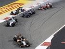 MIMO TRA�. Nico Hulkenberg (vlevo) m� ve Velk� cen� Bahrajnu formule 1 pot�e.