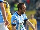 Jasmin Ščuk z Mladé Boleslavi padá po zákroku jednoho z jihlavských fotbalistů.