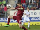 David Lafata ze Sparty zpracovává míč, hledí si ho Tomáš Košút ze Slovácka.