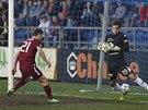 Brankář Slovácka Milan Heča chytá míč, doráží na něj David Lafata ze Sparty.