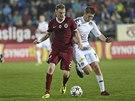 Ladislav Krejčí ze Sparty vede míč, brání ho Veliče Šumulikoski ze Slovácka.