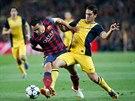 Záložník Koke z Atlétika Madrid (vpravo) se snaží zastavit Xaviho z Barcelony během zápasu Ligy mistrů.