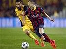 Záložník Andrés Iniesta z Barcelony se snaží projít obranou Atlétika Madrid.