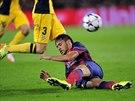 Útočník Neymar z Barcelony na zemi při zápase Ligy mistrů