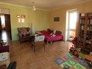 Obývací pokoj má krásnou zrepasovanou dřevěnou podlahu.