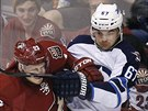 Michael Frolík (vpravo) z Winnipegu bojuje s  Oliverem Ekmanem-Larssonem z...