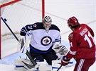Brankář Ondřej Pavelec z Winnipegu likviduje šanci Martina Hanzala z Phoenixu.