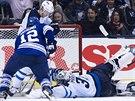 Brankář Ondřej Pavelec z Winnipegu likviduje šanci Masona Raymonda z Toronta....