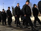Stoupenci Nové maďarské gardy v uniformách pochodují před stadionem v Miškovci,...