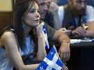 Příznivkyně separatistické Quebecké strany sleduje výsledky předčasných voleb,...