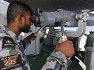 Australský námořník Graham Pereira pátrá teleskopickým dalekohledem po troskách...