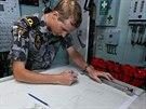 Podporučík australského námořnictva Gidley zakresluje do mapy oblast, kterou...