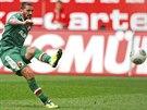 Sascha Moelders z Augsburgu střílí gól do sítě Bayernu Mnichov.
