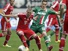 NEPUSTÍM TĚ. Bastian Schweinsteiger z Bayernu Mnichov (vlevo) odmítá přepustit...