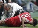 AU. Javier Martínez z Bayernu Mnichov je ošetřován v duelu proti Augsburgu.