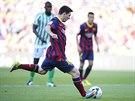 Lionel Messi proměňuje penaltu a Barcelona se ujímá vedení nad Betisem Sevilla.