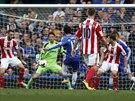 Mohamed Salah z Chelsea (uprost�ed) st��l� g�l v utk�n� proti Stoke City.