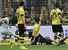 Ivica Olič (vlevo) z Wolfsburgu překonává obranu i brankáře Dortmundu.