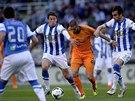 Karim Benzema z Realu Madrid (v oranžovém) se prodírá mezi dvěma strážci ze San...