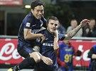 JEN NA M� NASKO�. Mauro Icardi z Interu Mil�n (vpravo) p�esn� p�lil proti...