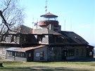 Raisova chata, rozhledna na střeše je bohužel už několik let uzavřená.