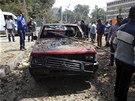 Výbuch nálože před káhirskou univerzitou zabil dva lidi a sedm dalších zranil.