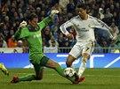 LEPIDLO NA NOZE. Cristiano Ronaldo z Realu Madrid si obhodil brankáře Dortmundu