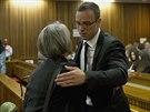 Oscar Pistorius se svou příbuznou (Pretoria, 7. dubna)