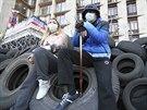 Barikáda proruských demonstrantů před sídlem regionální vlády v Doněcku (7....