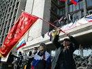 Aktivisté mávali před sídlem doněcké regionální vlády kromě ruských vlajek i...