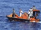 Pátrací člun australské lodi Ocean Shield, která pátrá po troskách...