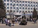 Proruští aktivisté před vchodem do sídla tajné služby v Luhansku (8. dubna...